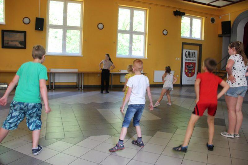 Roztańczone Środy! Wakacyjne zajęcia taneczne w GOK Służewo
